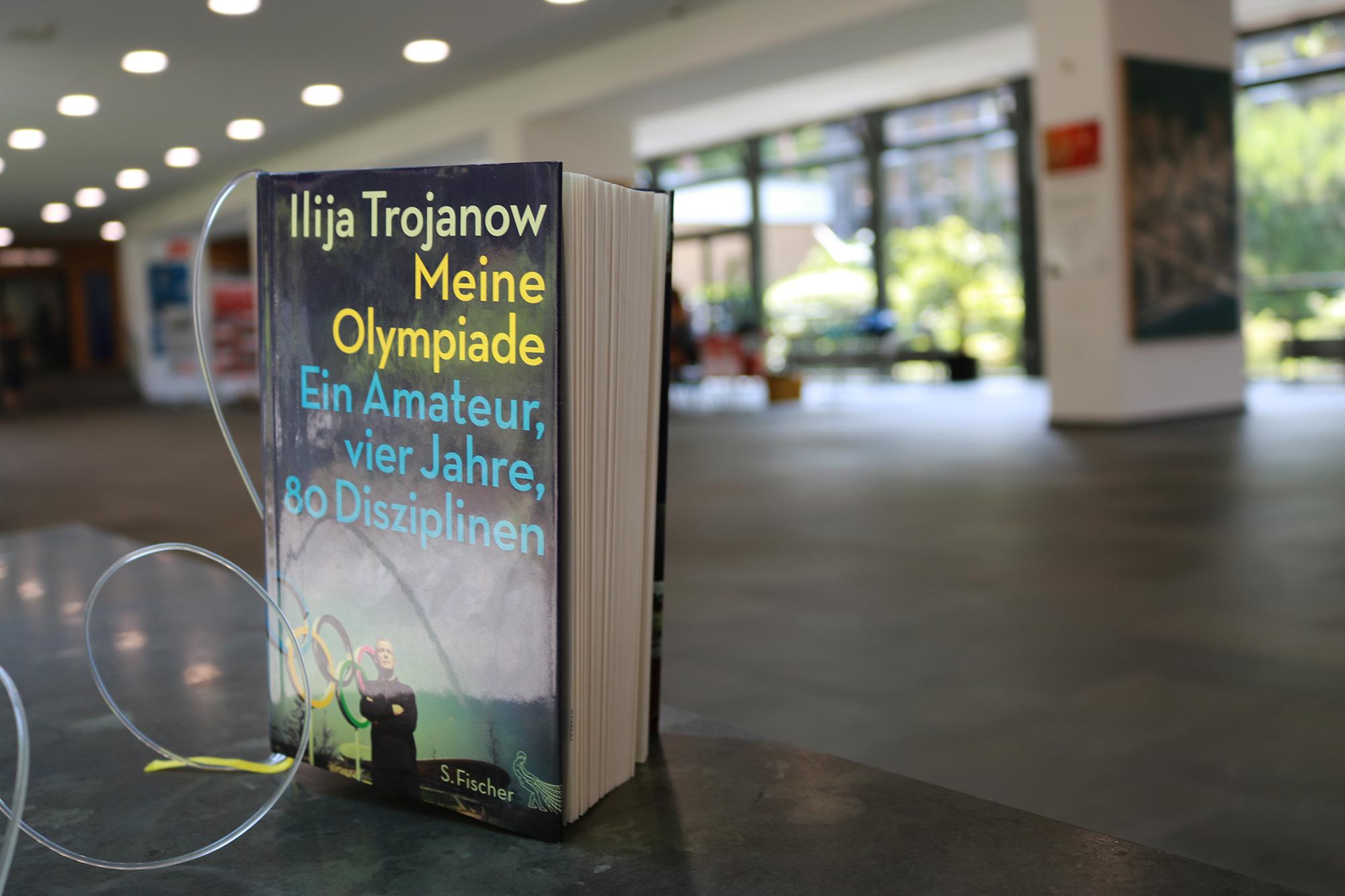 Im Foyer der Deutschen Sporthochschule fällt das Buch sofort ins Auge
