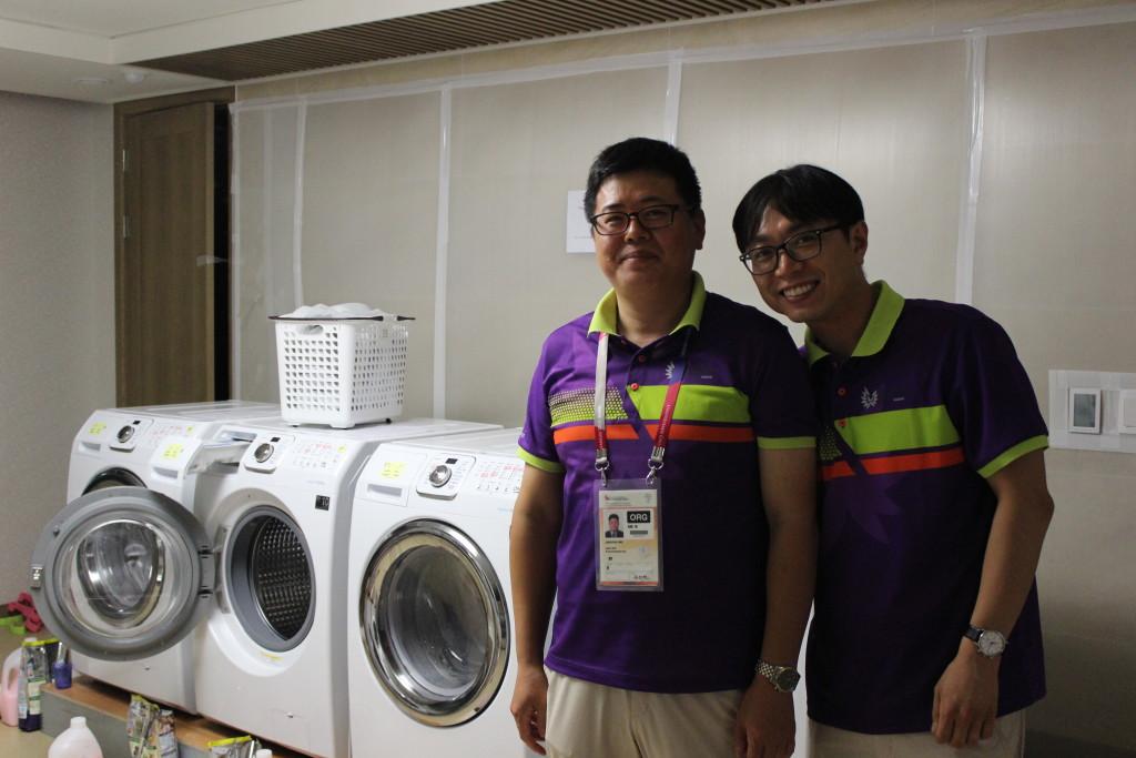 Freundliche Helfer beim Wäschewaschen