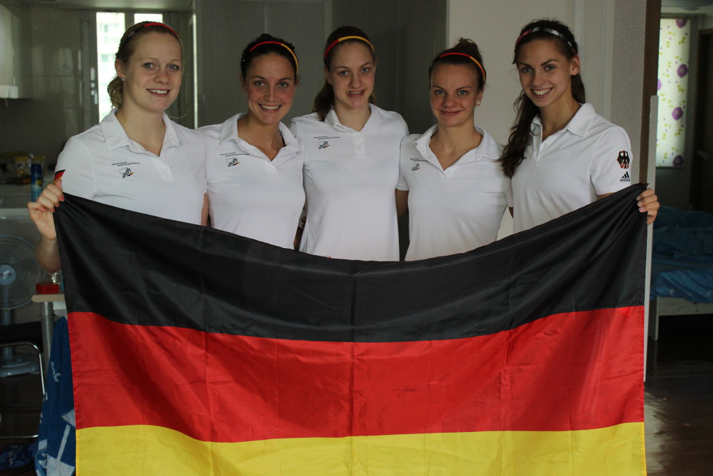 Laura, Nadine, Alina, Tina und Paulina mit ihrer Flagge