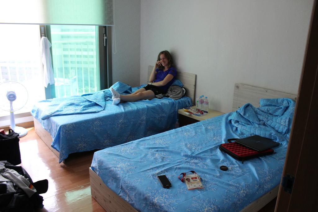 Caro bei ihrem ersten Internettelefonat in unserem Zimmer