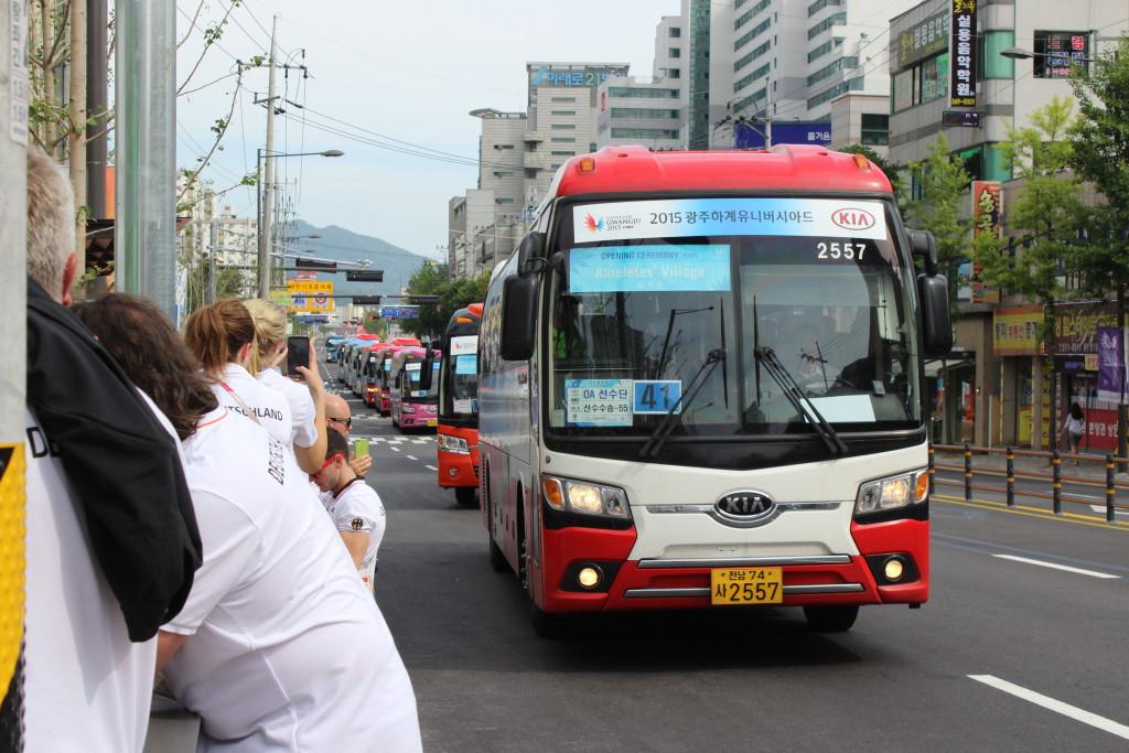 Nicht nur ein Bus fährt zur Eröffnungsfeier...