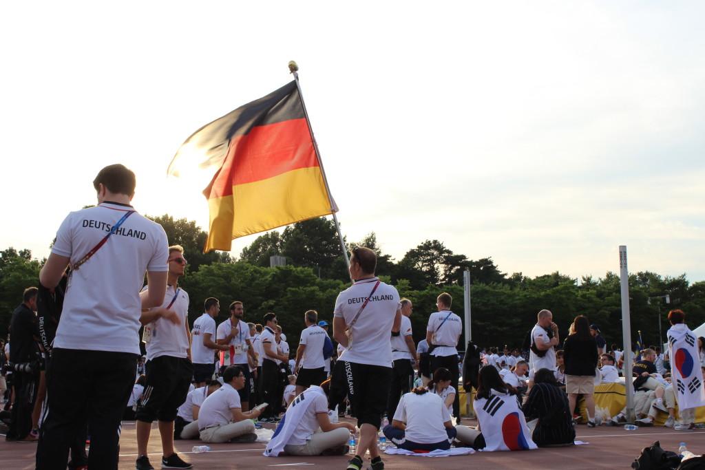 Fabian Hambüchen mit Fahne