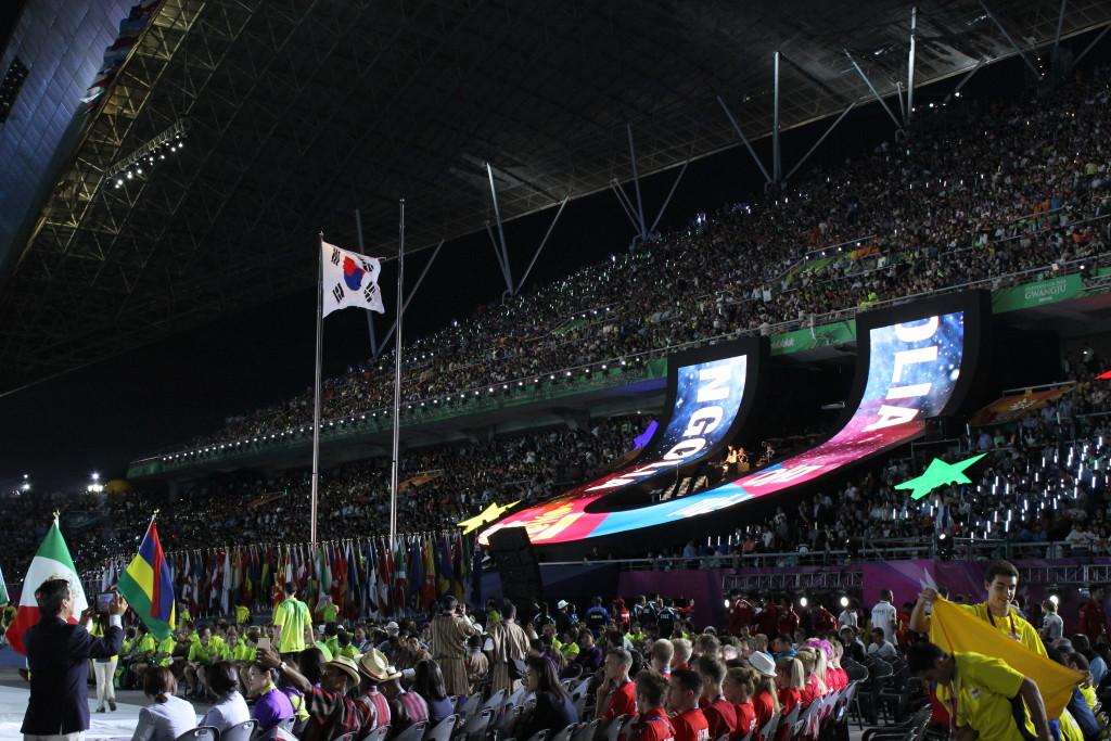 """Koreanische Flagge und das """"U"""" als Symbol der Universiade"""