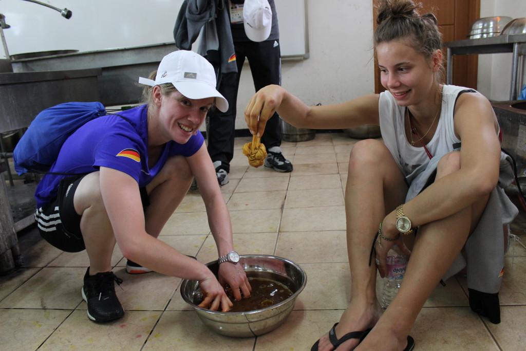 Caro und Yanna beim Kneten