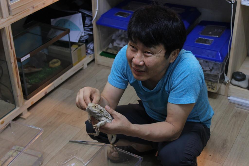 Verkäufer zeigt eines seiner Reptilien