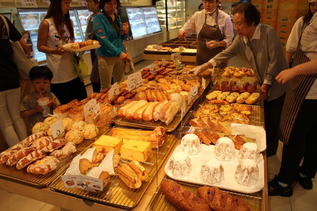 Ansturm auf die Produkte einer Bäckerei