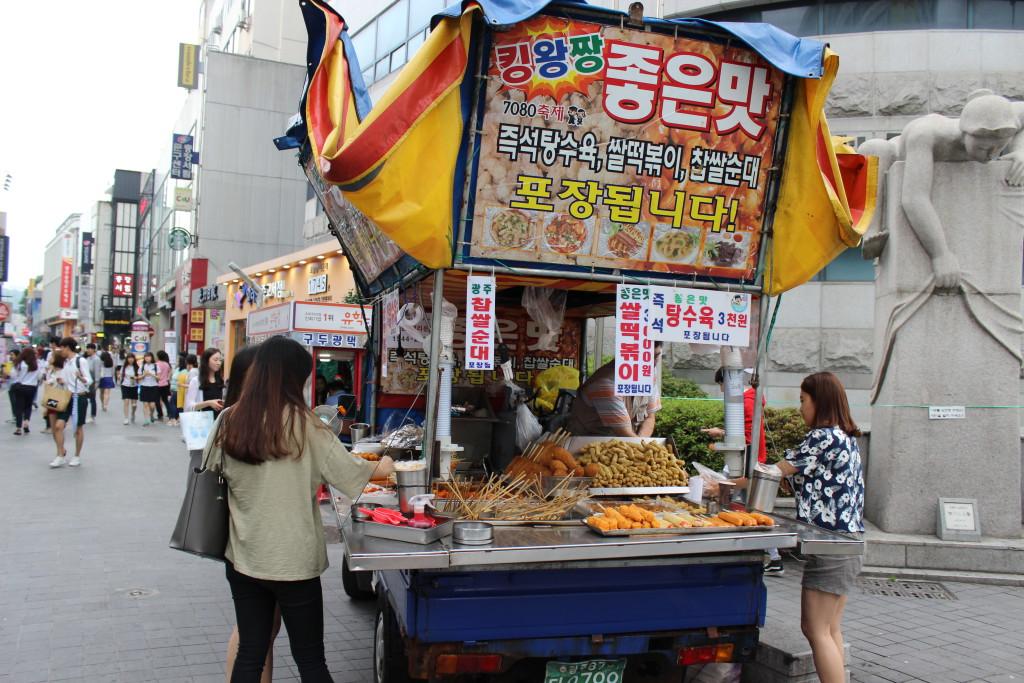 Straßenhändler in der Einkaufsstraße