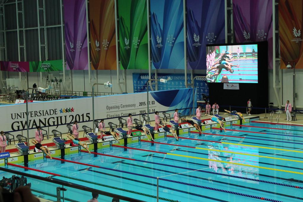 Start vom 200m Kraulen (Die schnellste Schwimmerin brauchte 01:59.15)