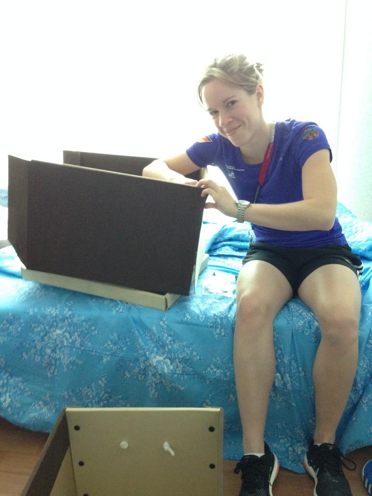 Caro beim Aufbau ihrer Box