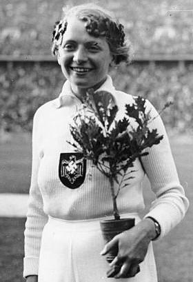 Speerwerferin Tilly Fleischer mit ihrer Olympia-Eiche Bildquelle: Bundesarchiv, Bild 183-G00464 / CC-BY-SA