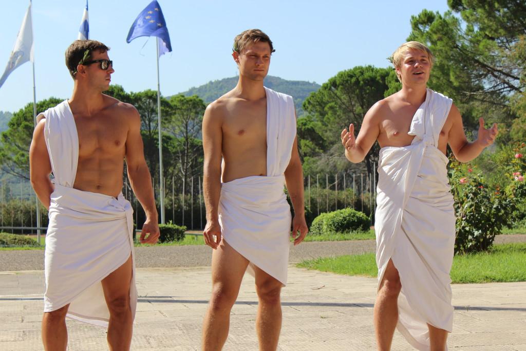 Schick herausgeputzte Augsburger, die als Griechen verkleidet die Kennenlernspiele anleiteten.