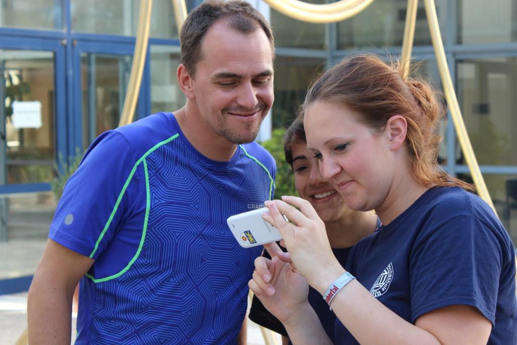 Michi Greis betrachtet das Bild von sich, Katharina und Jessica