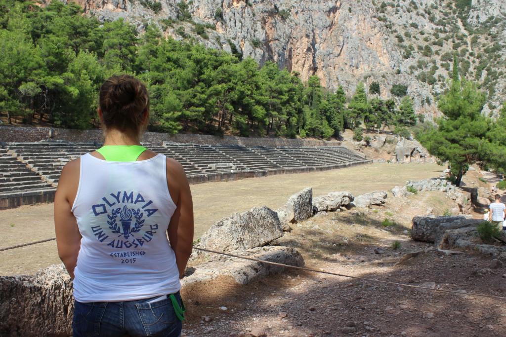 Antikes Stadion von Delphi mit Shirt der Uni Augsburg