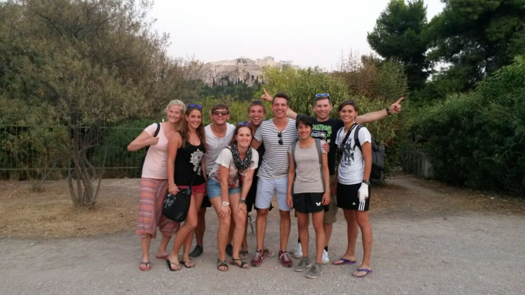 V.l.n.r; Seline,, Jonna, Moritz, Katharina, Lukas, Jan, Jessica, Patrik und Marilena vor der Akropolis