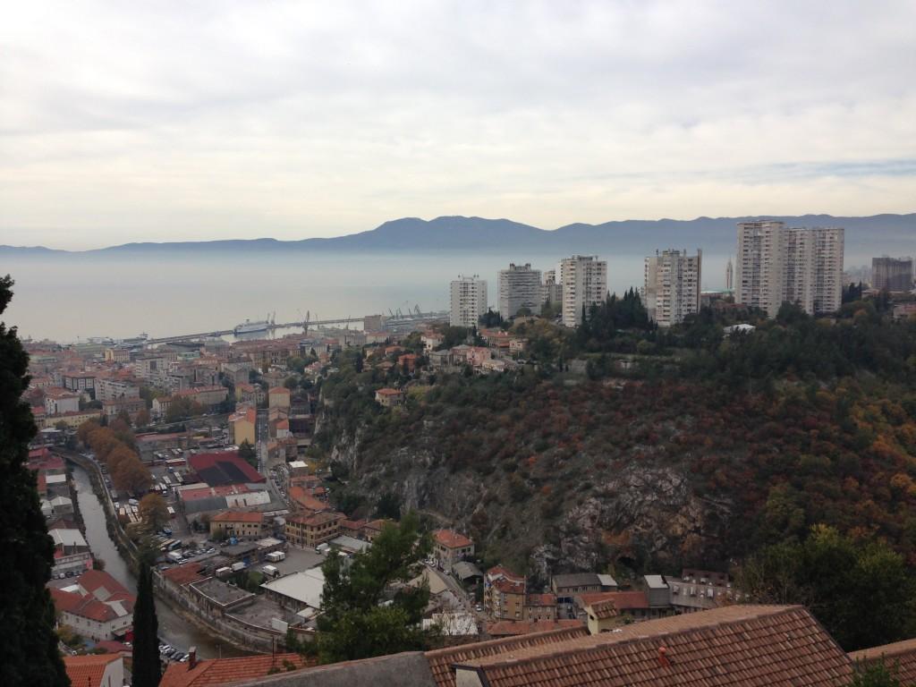 Blick über Rijeka, das Meer liegt im Dunst