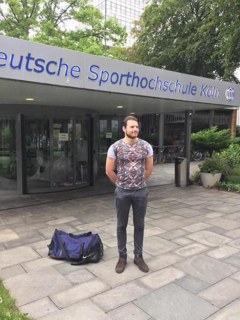 Loris vor dem Eingang der Deutschen Sporthochschule
