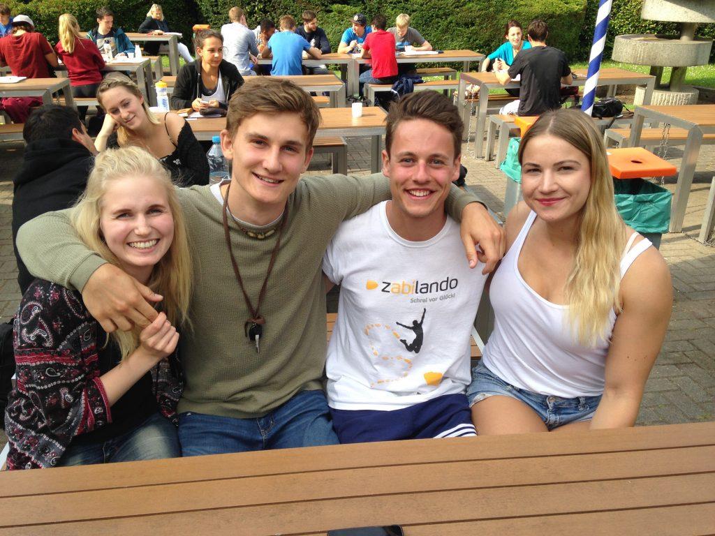 Mari, Wil, Julius und Lea (von links nach rechts) im Biergarten der SpoHo