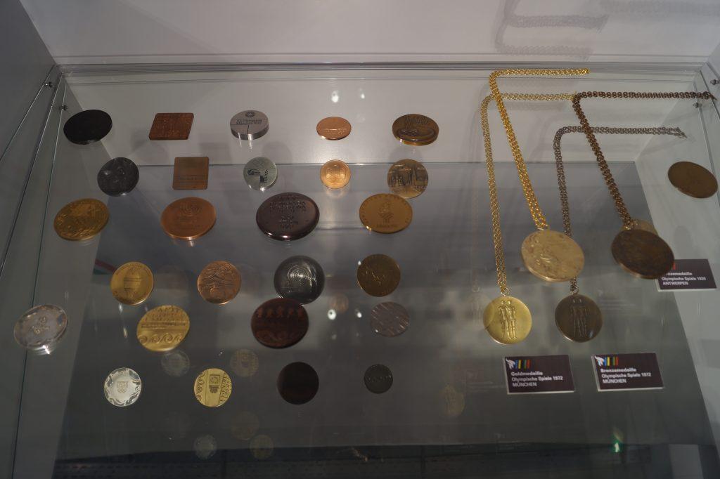 Olympische Erinnerungsmedaillen (l.) und Siegermedaillen der Spiele von München 1972 (r.)
