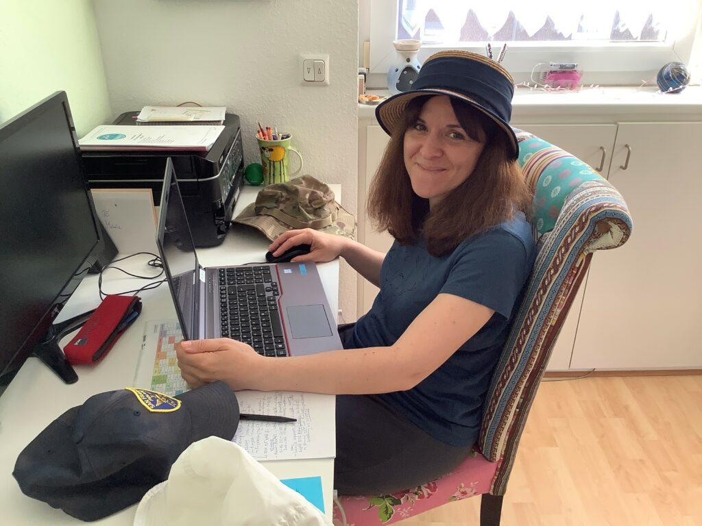 Melanie Bukowski an ihrem Schreibtisch im Homeoffice