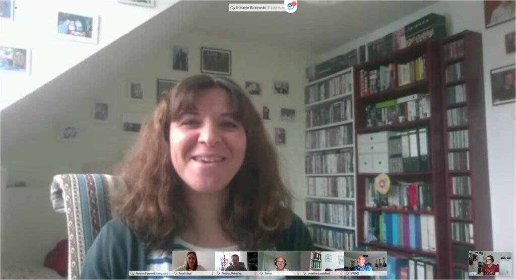 Videokonferenz mit Homeoffice im Hintergrund
